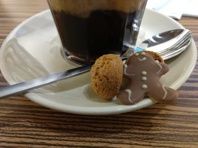 koffie met een gingerbread mannetje in een koffiebar in Leiden