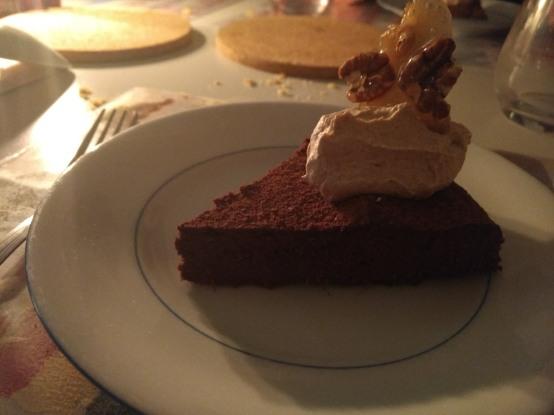 chocoladegembercake met kaneelroom en pecan-karamelschotsen